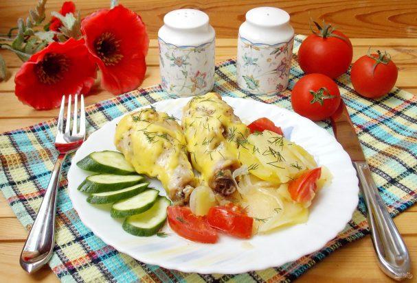 Куриные голени с картофелем и луком в духовке