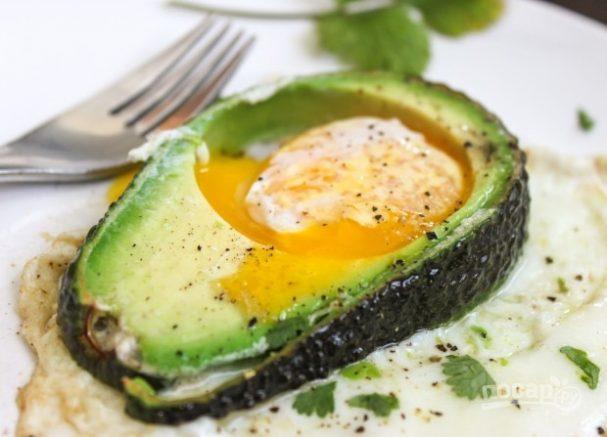 Оригинальная яичница в авокадо