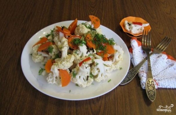 Маринованная цветная капуста с морковкой