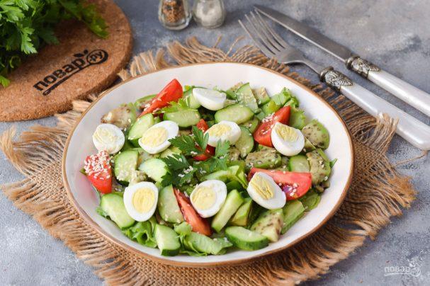 Салат с авокадо и перепелиными яйцами