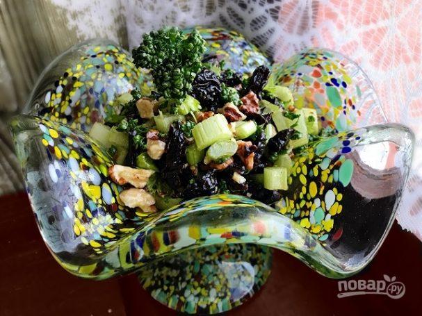 Салат из сельдерея с черносливом