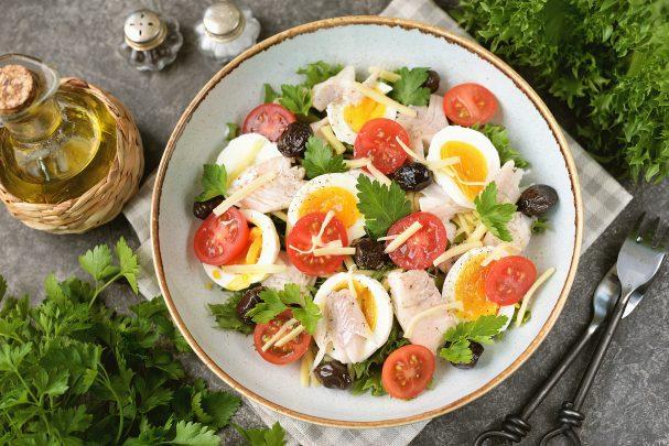 Салат с отварным окунем