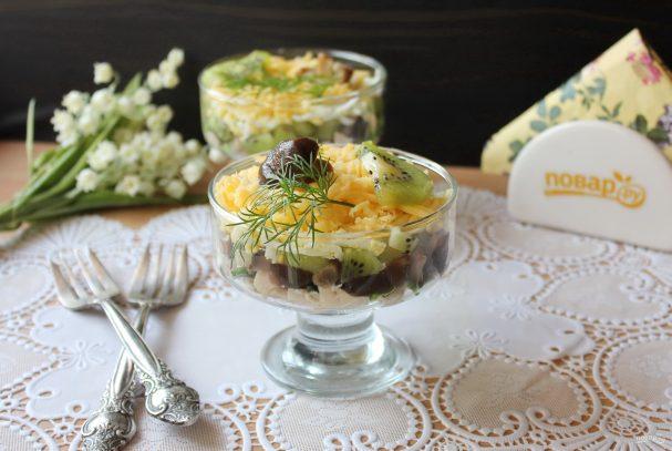 Салат с курицей, киви и грибами