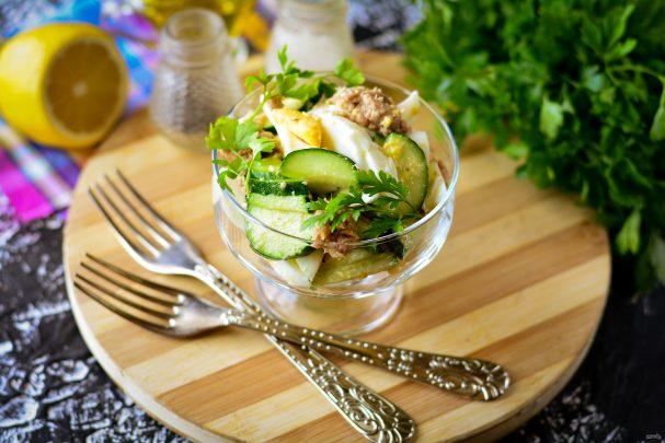 Салат с консервированным тунцом, яйцом и огурцом