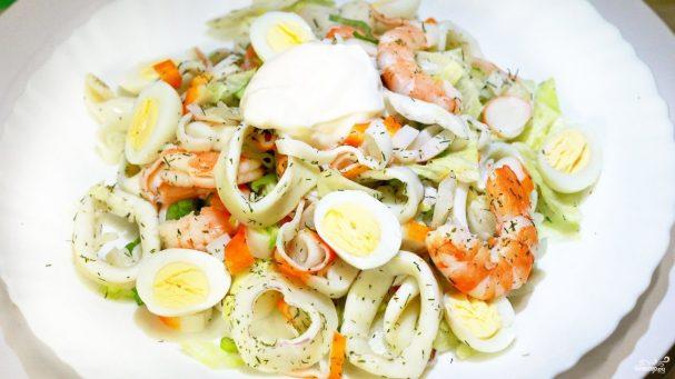 Салат из щупальцев кальмара и креветок