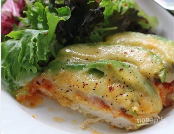 Курица с авокадо под сырной шубкой