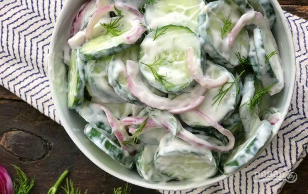 Салат из огурцов и лука со сметаной