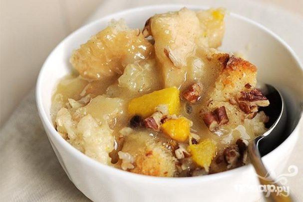 Хлебный пудинг с персиками и орехами