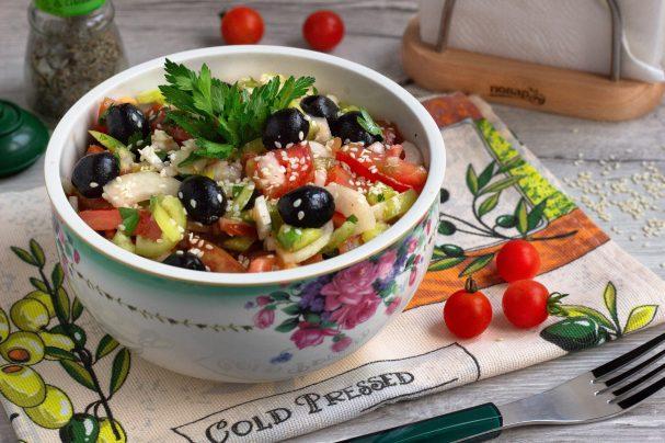 Овощной салат с маслинами и кунжутом