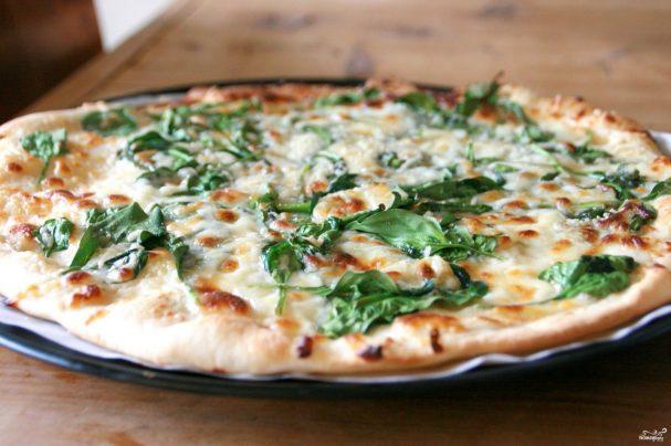Пицца со шпинатом и сыром