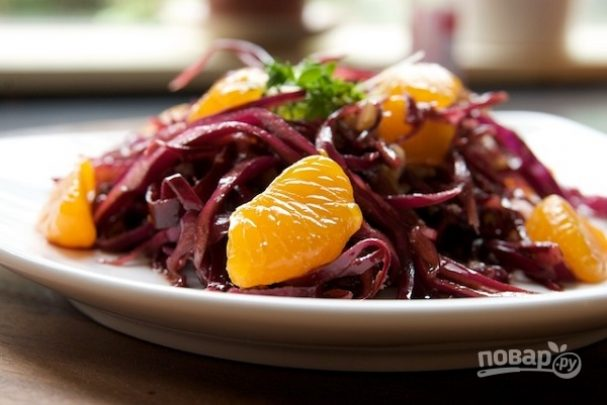 Салат из красной капусты с мандаринами и орехами