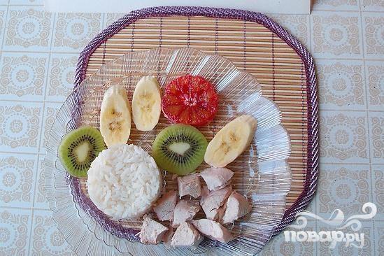 Легкий салат из риса, курицы и фруктов