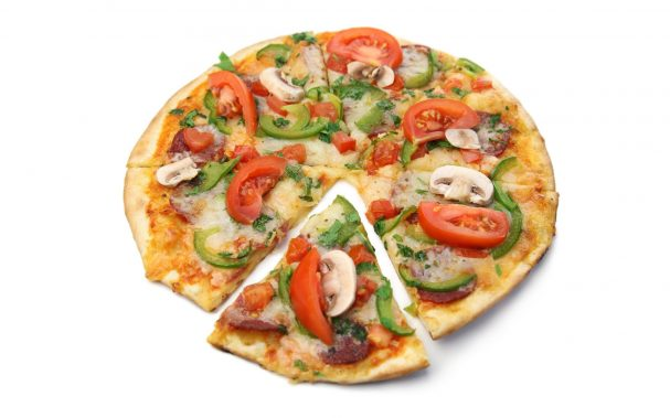 Пицца с шампиньонами и колбасой