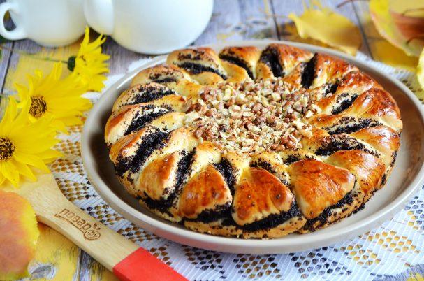 Пирог с шоколадной пастой, маком и орехами