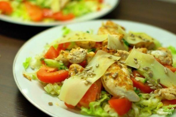 Теплый салат с курицей помидорами и огурцами