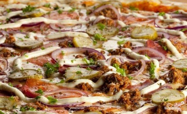Пицца с грибами и огурцами