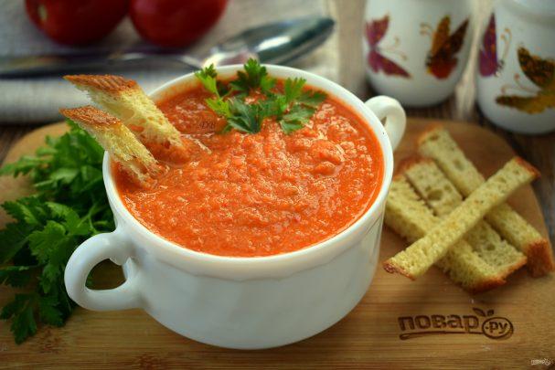 Томатный суп с чесночными гренками