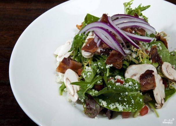 Салат с беконом и грибами