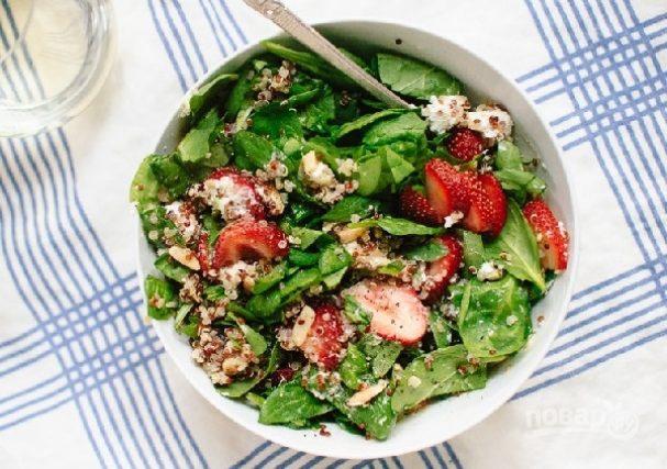 Салат с клубникой, шпинатом и киноа