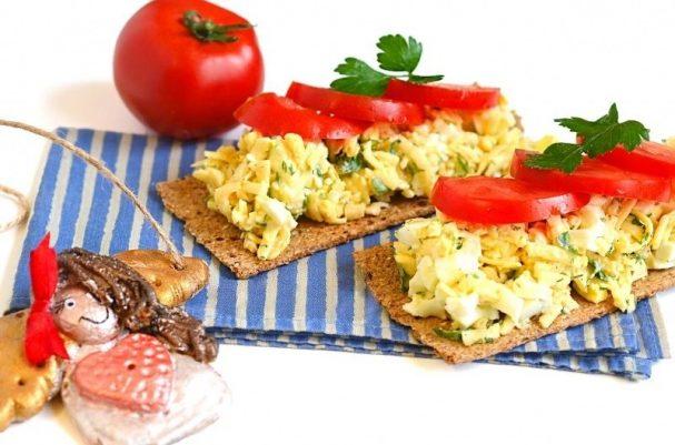 Сырный салат с яйцом