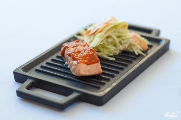 Барбекю из норвежской семги-гриль с яблочно-капустным салатом - рецепт с фото на