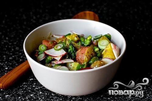 Салат с картофелем, маринованным луком и спаржей