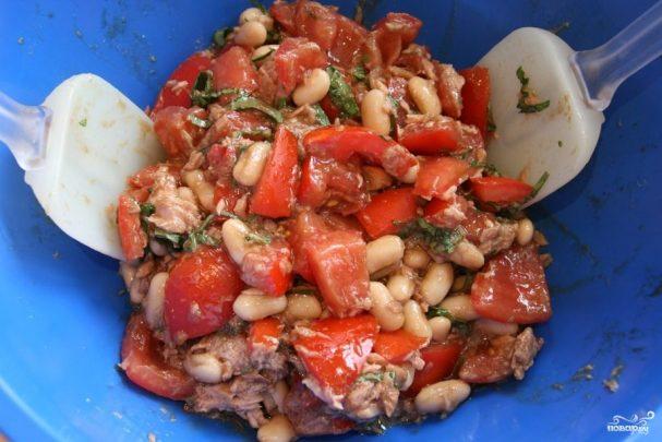 Салат с фасолью и тунцом