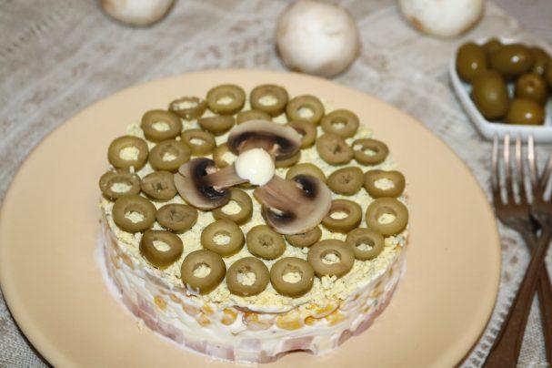 Слоёный салат с жаренными шампиньонами