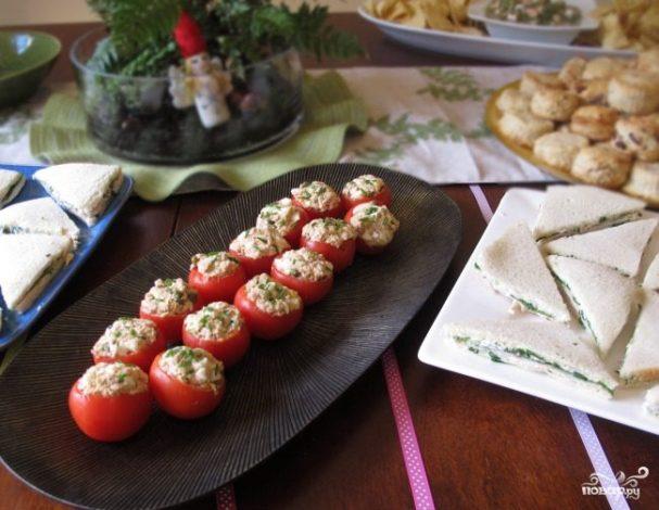 Помидоры, фаршированные сыром и чесноком