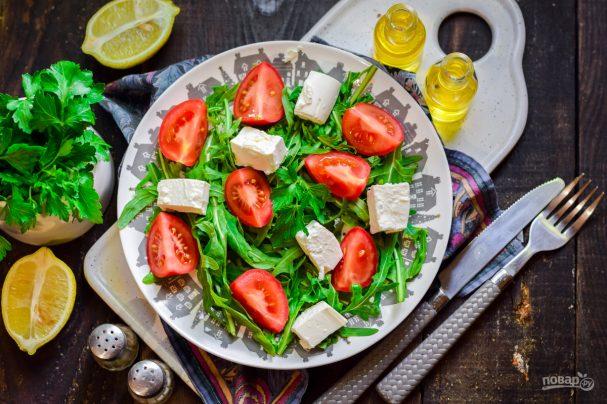 Салат с рукколой и брынзой