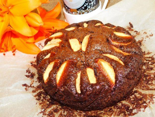 Шоколадный пирог с яблоками (без яиц)
