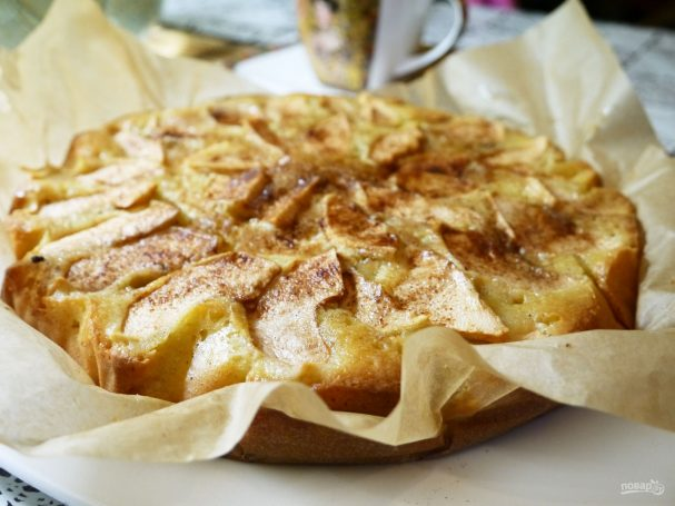Ароматная шарлотка с яблоками в духовке