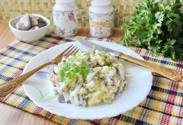 Салат с кальмарами и маринованными грибами