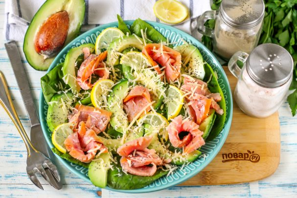 Салат с горбушей и авокадо