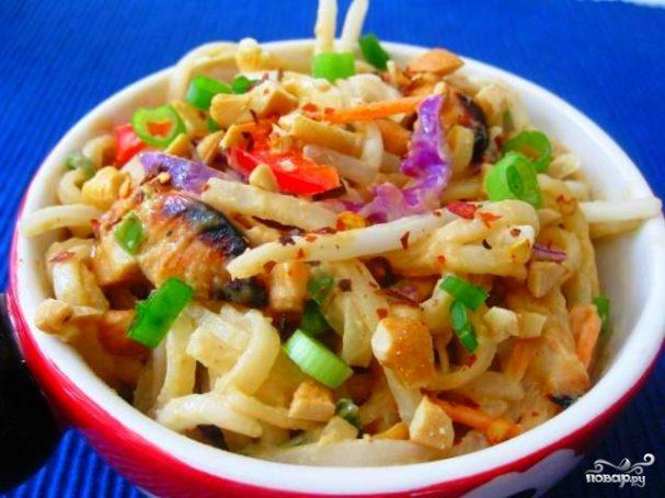 Курица с рисовой лапшой и овощами