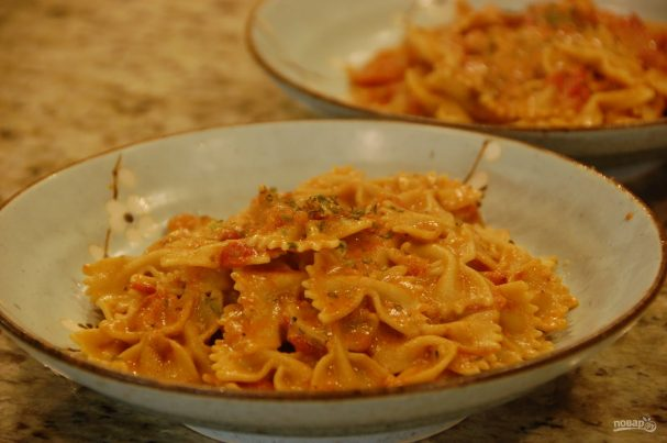 Фарфалле со сливочно-томатным соусом