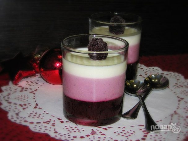 Слоеное ежевичное желе с йогуртом
