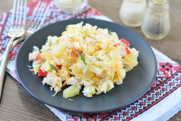 Крабовый салат с ананасом и рисом