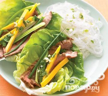 Говядина с салатом и лапшой