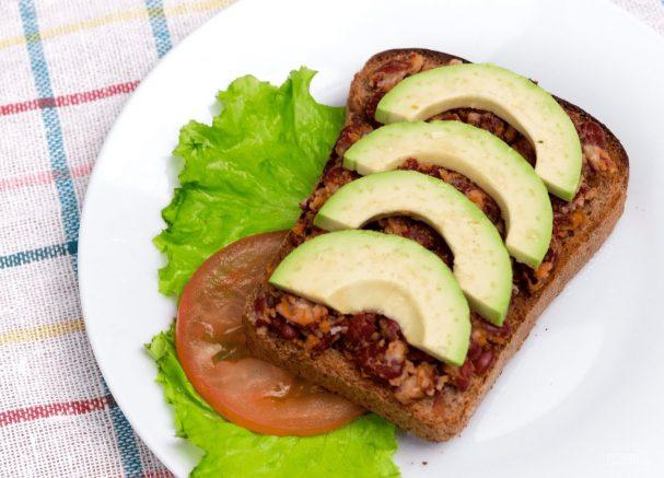 Сытный бутерброд с авокадо