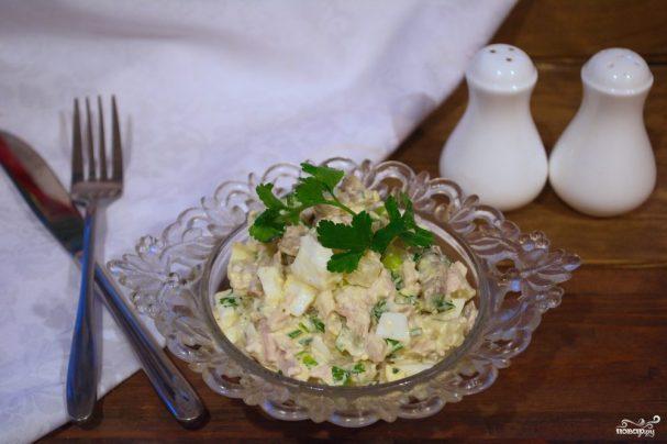 Салат с ананасом, и курицей, и шампиньонами