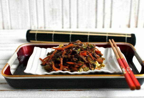 Маринованная говядина с овощами и зеленью