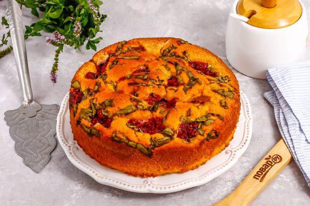 Пирог с малиной и щавелем
