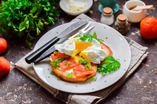 Бутерброды с красной рыбой и яйцом пашот