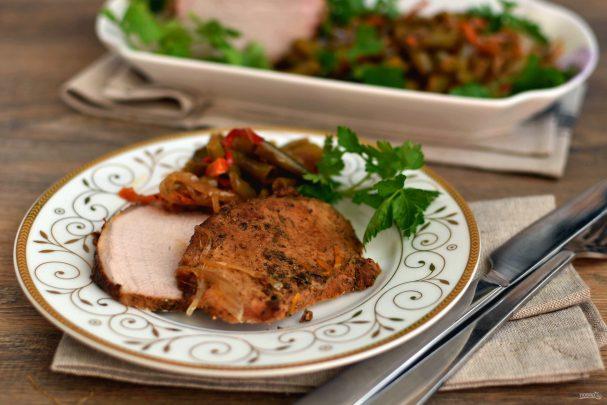 Свинина, запеченная в мультиварке, с легким овощным гарниром