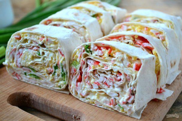 Лаваш с колбасой, сыром и помидорами на сковороде