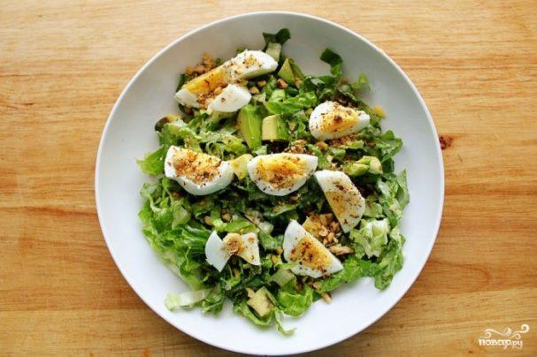 Салат из зелени с яйцом