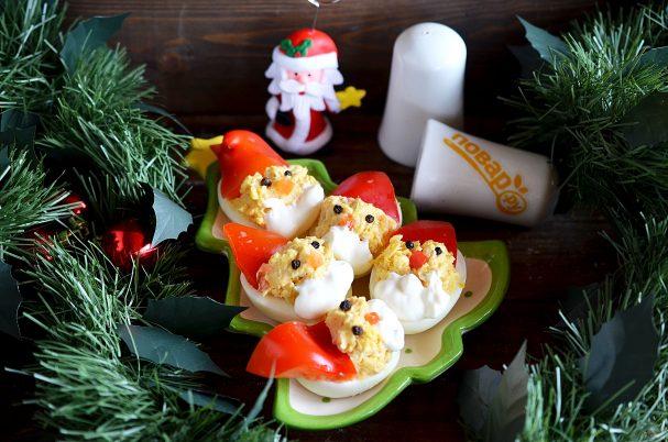 """Фаршированные яйца """"Дед мороз"""""""