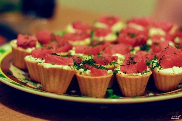 Салат в тарталетках с семгой