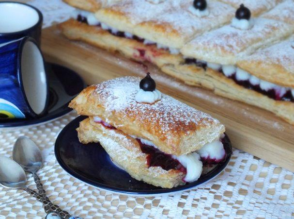 Пирожные с кремом и ягодами